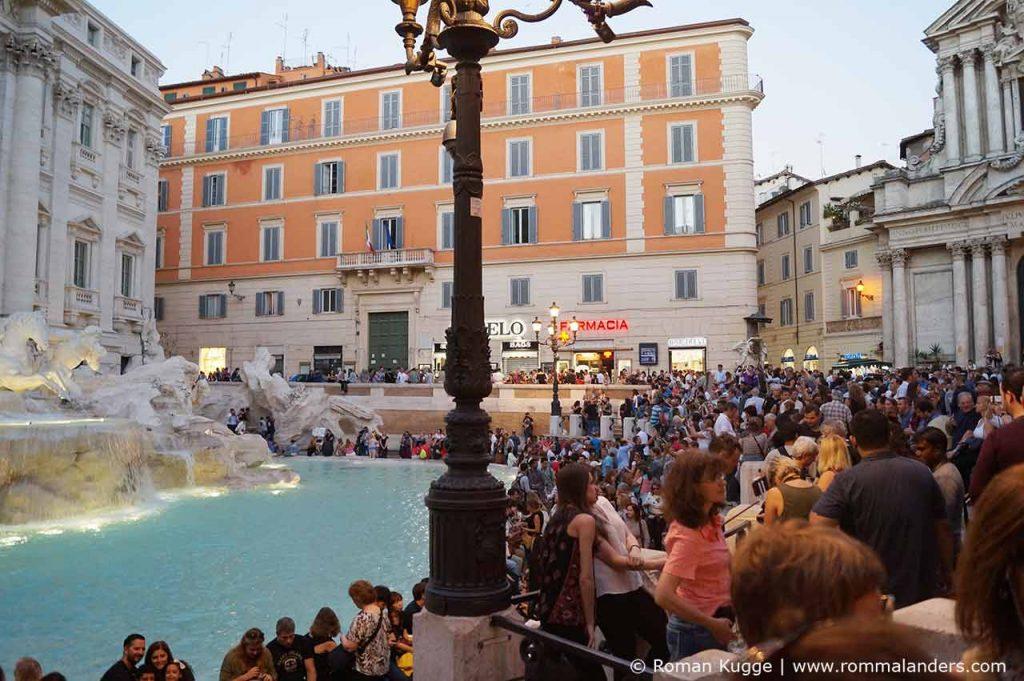 Trevi Brunnen in Rom Menschen Touristen