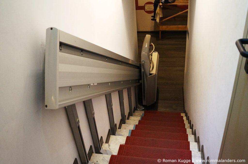 Ist das Wachsfigurenkabinett behindertengerecht? Ja, das Museo delle cere hat einige Vorrichtungen getrofen, um auch behinderte Personen und Personen im Rollstuhl empfangen zu können. Das Wachsmuseum nimmt zwei Etagen ein. Es wurde ein Rollstuhlaufzug installiert, sodass auch Personen mit Gehbehinderung die beiden Etagen besichtigen können. Und wie ihr auf dem Bild unten sieht, ist der Eingang auch für einen Rollstuhl breit genug.