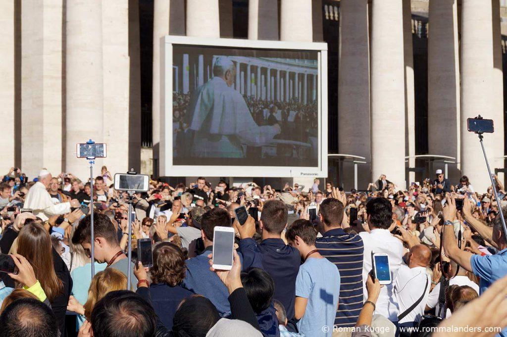 Papstaudienz Bildschirm