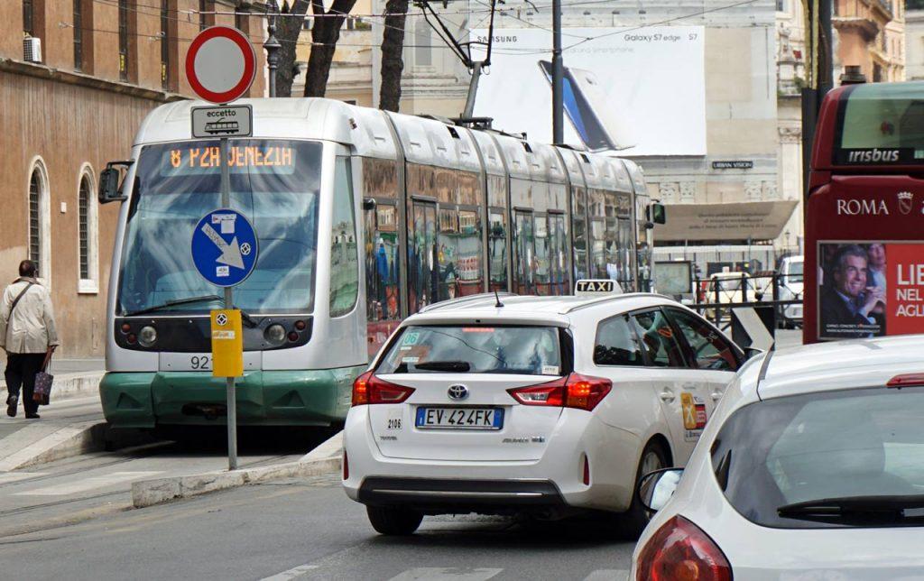 Tram und Taxi in Rom