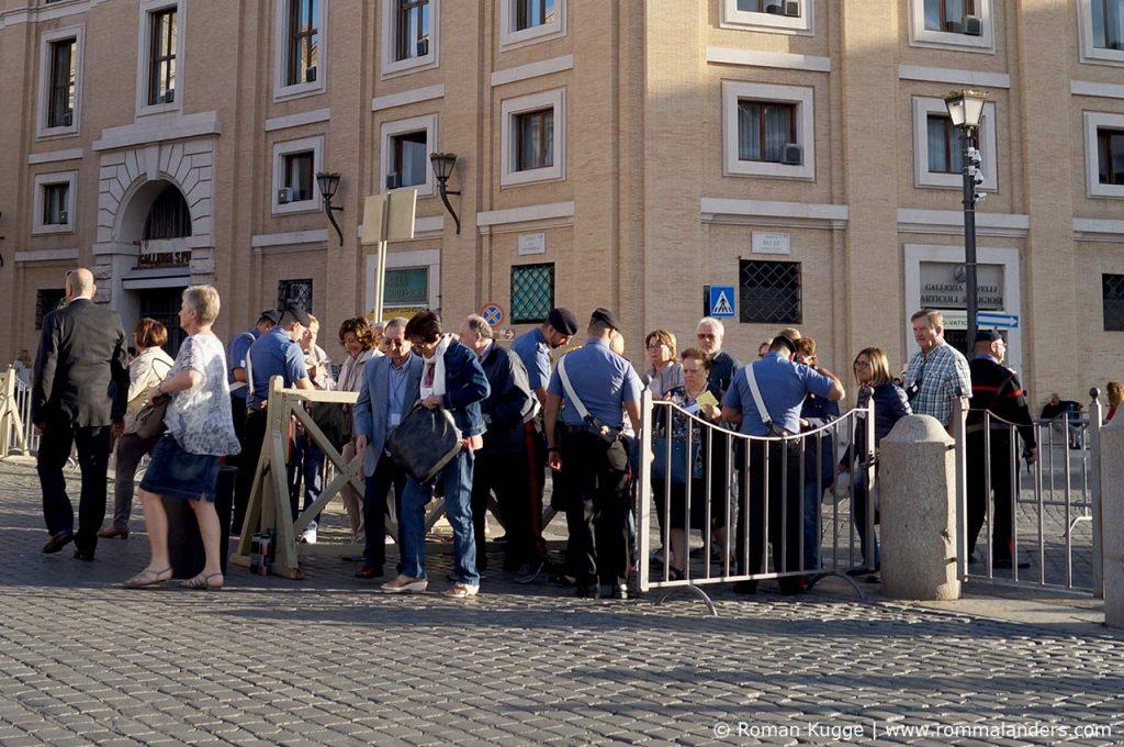 Sicherheitskontrollen Eingang Petersplatz